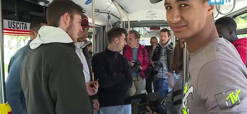 Fermata d'autobus, l'educazione dei giovani all'uso dei mezzi pubblici