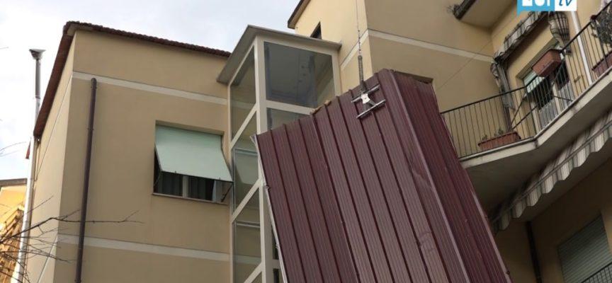 Sant'Anna, tetto portato via dal vento si schianta contro i palazzi vicini