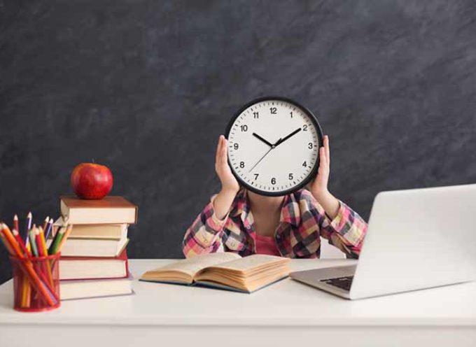Gli studenti di oggi non sanno più leggere l'orologio analogico e tenere in mano una matita
