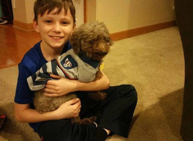 La storia del bambino che ha adottato il cane più vecchio del canile