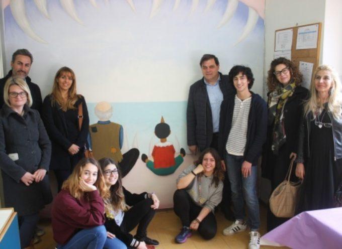 """PIETRASANTA – Scuola: inaugurato il murales di """"Pinocchio"""""""