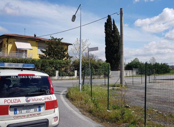 PORCARI – ⚠AVVISO⚠ Attenzione ad un palo della pubblica illuminazione pendente al Bonelli,