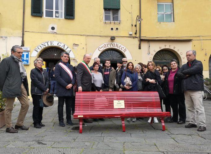 Inaugurata Una panchina rossa in piazza dell'Anfiteatro per ricordare Vania Vannucchi.