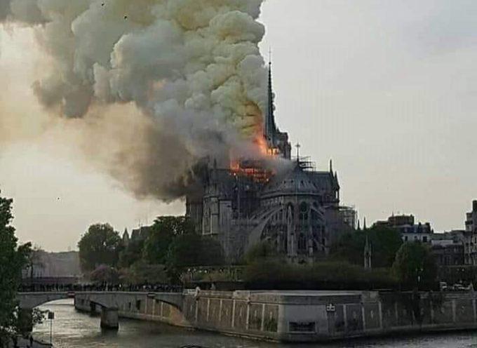 la piu' bella cattedrale di Parigi a fuoco
