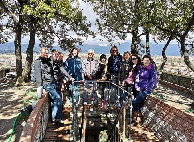LUCCA – Giardinieri e curatrice del giardino della Royal Horticultural Societya Wisley visitano il giardino pensile della Torre Guinigi e l'Orto botanico