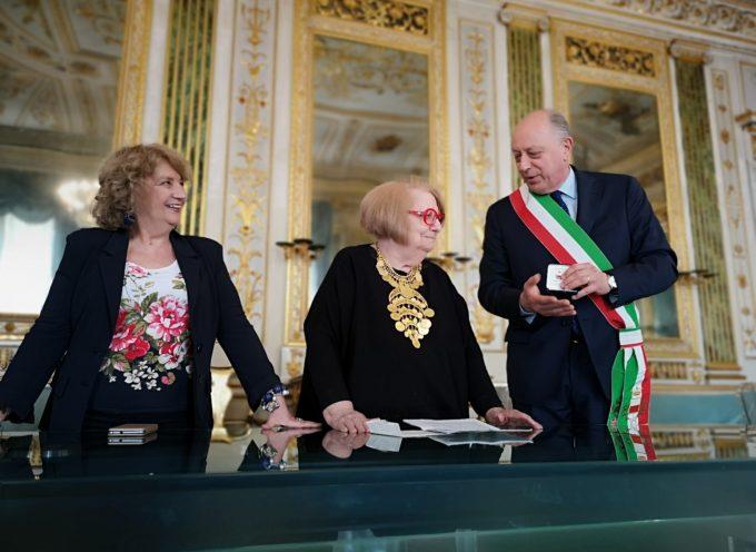Il sindaco consegna la Medaglia della Città di Lucca a Edda Bresciani