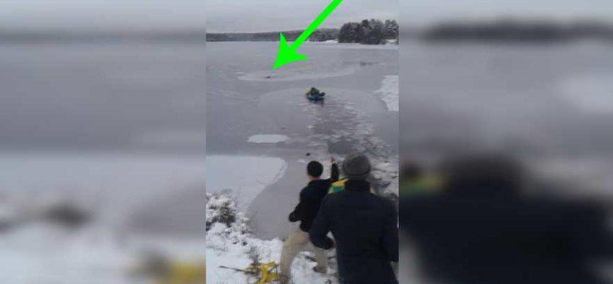L'uomo salva il cane caduto e intrappolato nel ghiaccio