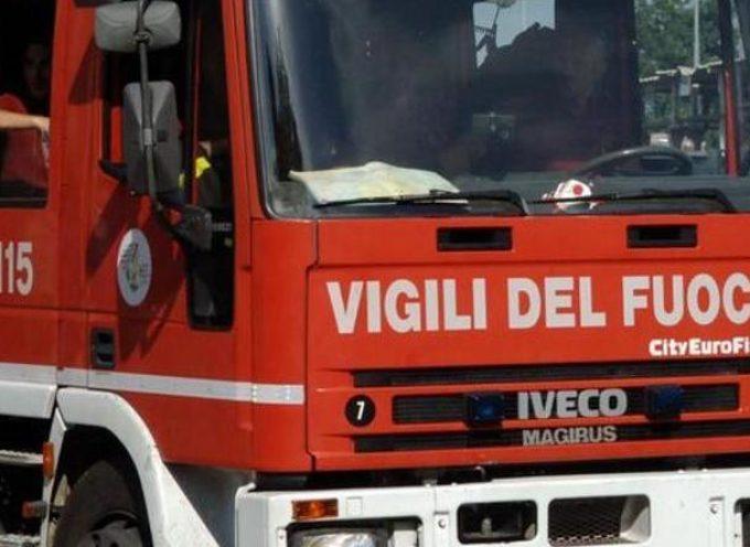 Auto in fiamme sulla corsia della Bretella; code e traffico in tilt