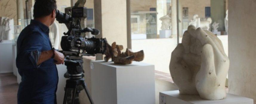 """Pietrasanta in onda in Germania, Svizzera e Austria, troupe Rai Sat """"gira"""" tra bozzetti e sculture"""
