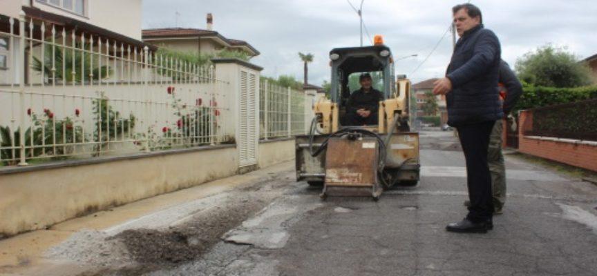 PIETRASANTA – Viabilità: avanti con il piano asfaltature, cantieri aperti in via Abruzzi, via Cannoreto e via Peschiera