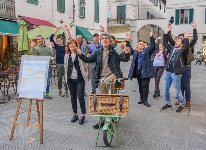 Camaiore Piazza Diaz – Effetto Piazzetta – Un crocchio di chiacchiere