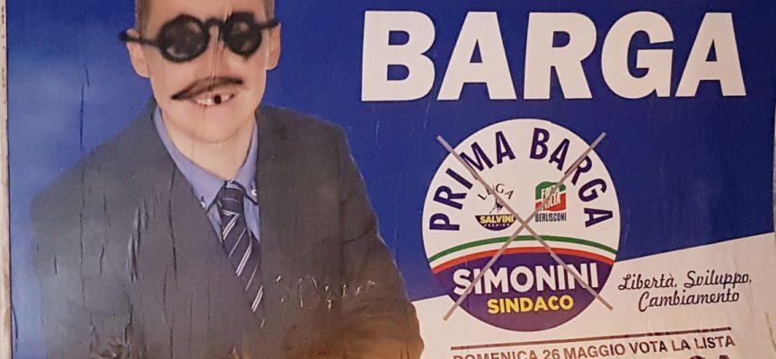 """Con dispiacere sono a sottolineare un nuovo danneggiamento per la vela pubblicitaria """"Prima Barga Simonini Sindaco""""."""