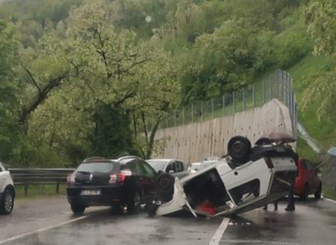 Incidente stradale, in localita' acquabona, nelle vicinanze di Castelnuovo di garfagnana, sulla fondovalle