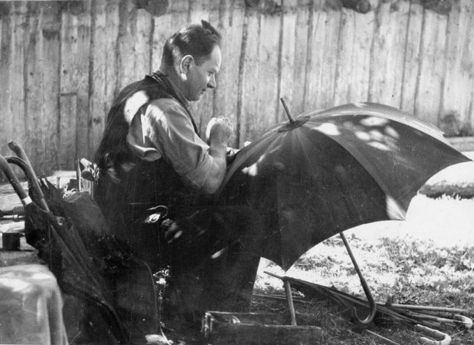 Gli antichi mestieri: l'ombrellaio. ORMAI SPARITO…..