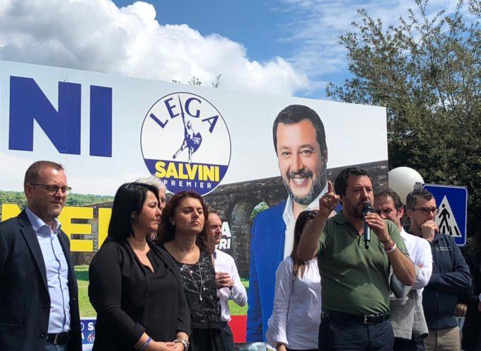 """Salvini a Capannori: """"Mandate a casa la sinistra""""; poi una valanga di selfie"""