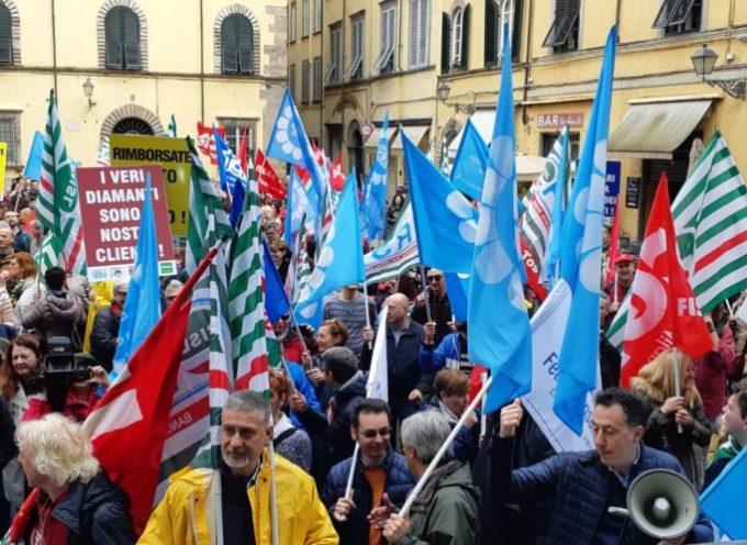 Investimenti in diamanti, a Lucca il corteo di protesta di bancari e clienti