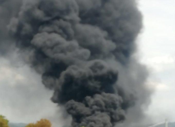 Massarosa – Incendio in un rimessaggio barche di Via Brentino, si teme per la nube tossica