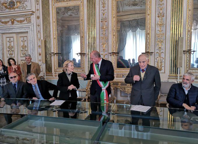 Il sindaco consegna la Medaglia della Città di Lucca ai coniugi Mario Severi e Paola De Luca fondatori dell'associazione Lucca Tuareg