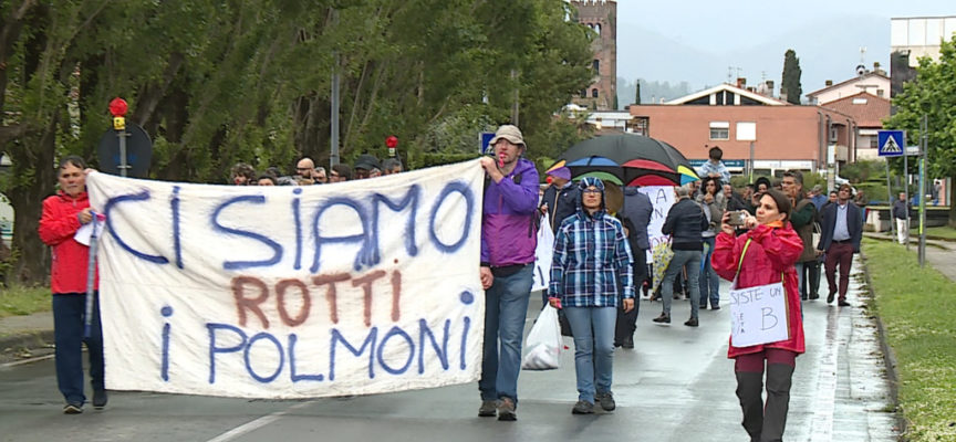CAPANNORI – La pioggia non ferma la manifestazione contro assi e bretellina