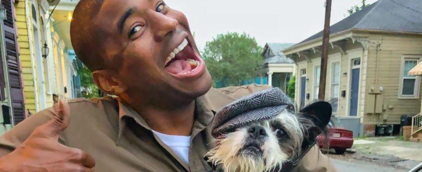 Il conducente di UPS si diverte a lavorare fotografando con tutti i cani che incontra