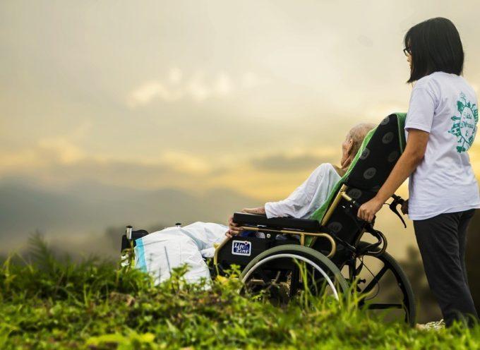 Bonus di 300 euro alle famiglie per assistere gli anziani nelle loro case