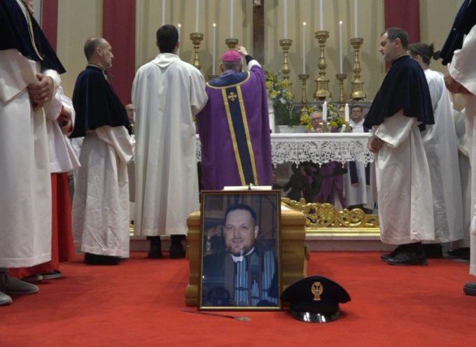 Lo straziante addio a don Beniamino, il prete amato da tutti