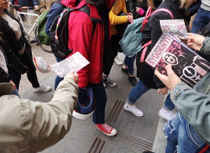 """Blitz del Blocco Studentesco: """"Basta lavaggio del cervello nelle scuole"""""""