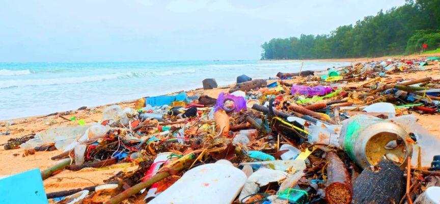 Spiagge italiane come discariche: 800 rifiuti ogni 100 metri, ed è quasi tutta plastica