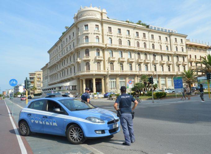 Lido di Camaiore: due romene si introducono su un mezzo fermo al semaforo e con la scusa di chiedere l´elemosina derubano un anziano
