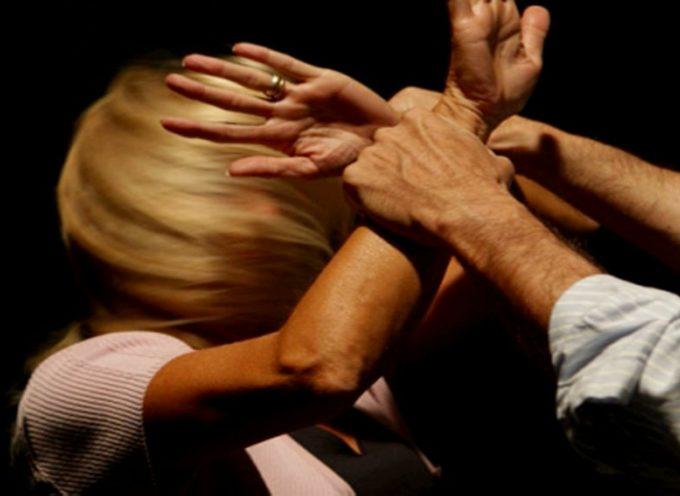 Picchia e minaccia di morte la moglie: arrestato