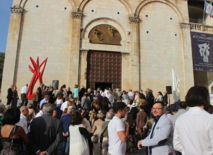 Arte: scultura internazionale di Atchugarry tra Piazza Duomo e Tonfano, aperta la mostra dell'estate