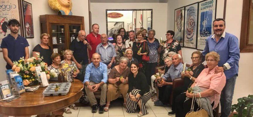 Gradita visita martedì sera al gruppo di anziani che stanno trascorrendo un periodo di vacanza a Viareggio da parte del sindaco Fornaciari