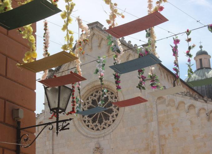 Pietrasanta Arte: la strada delle (altalene) dediche volanti, taglio del nastro e due concorsi social