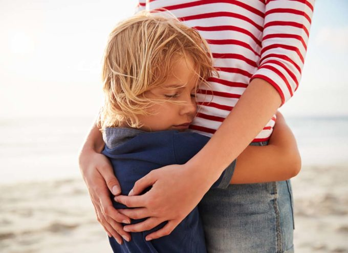 I bambini hanno bisogno di 12 abbracci al giorno per crescere felici e intelligenti