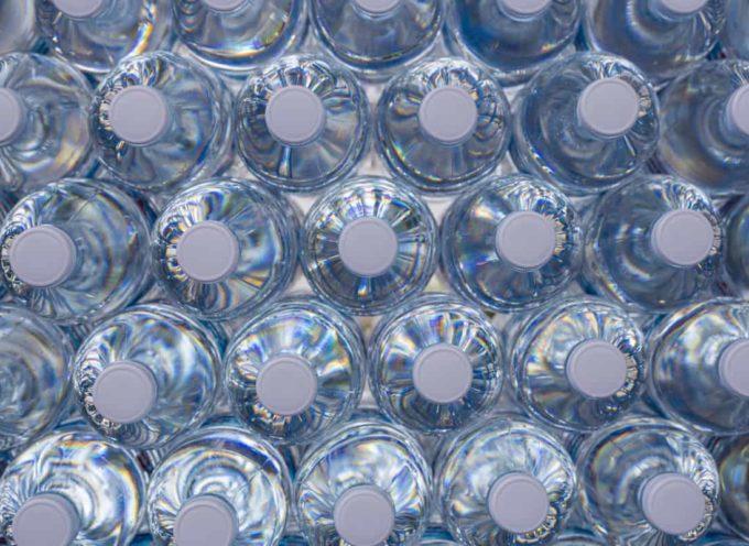 Ognuno di noi mangia 50mila particelle di plastica all'anno, ed è colpa delle bottiglie d'acqua