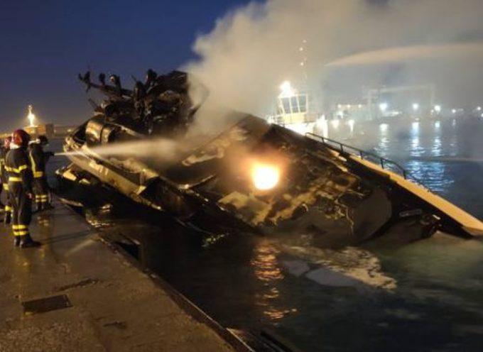 Un incendio ha completamente distrutto un'imbarcazione nel porto di Marina di Carrara