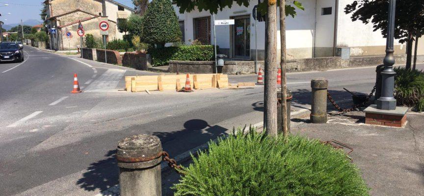 PORCARI – Si lavora anche di fronte alla chiesa di Rughi per realizzare l'isola spartitraffico.