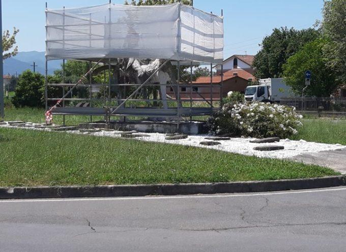 Iniziati i lavori di pulizia dell'opera dedicata a Garibaldi nel centro di Capannori