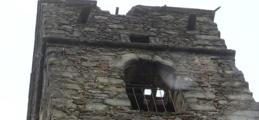 Un fulmine si abbatte con violenza sul campanile di Gragnanella