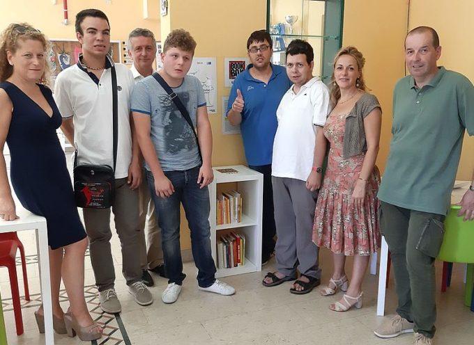 Alla piscina comunale di Capannori installata la bookbox, una piccola libreria curata dai ragazzi autistici