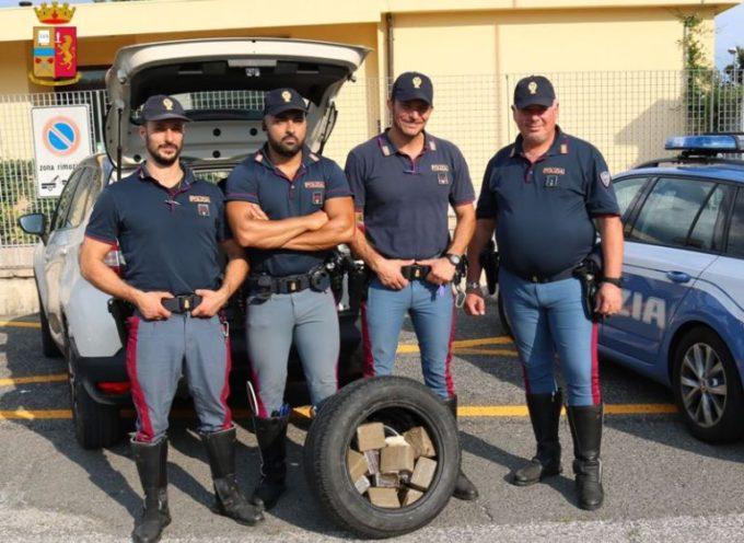Nasconde 10 kg di droga nella ruota di scorta: arrestato