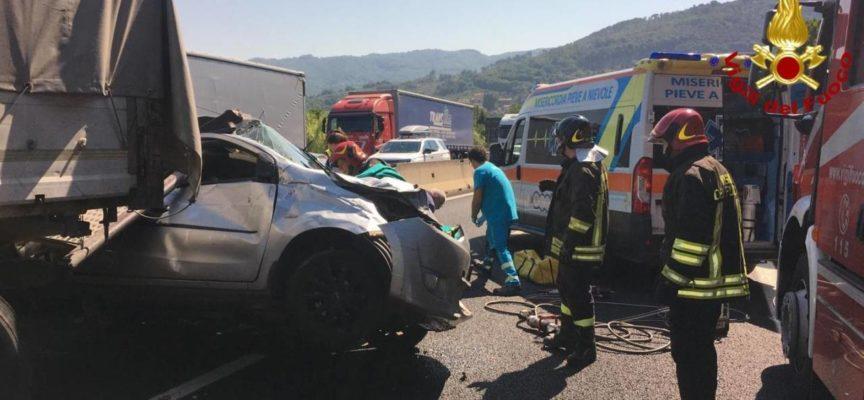 A11 incidente tra Tir e quattro auto