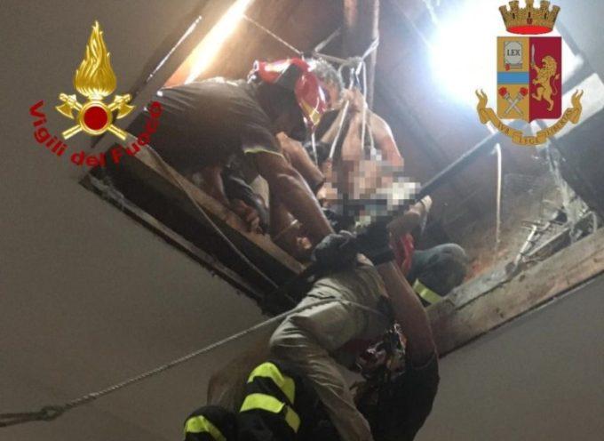 LUCCA – Cade dal lucernario e si aggrappa con una mano,