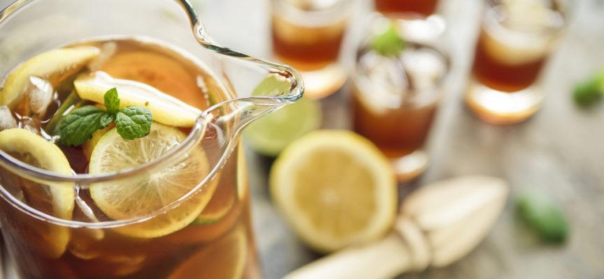 Un bicchiere di tè freddo è l'ideale quando fa caldo.