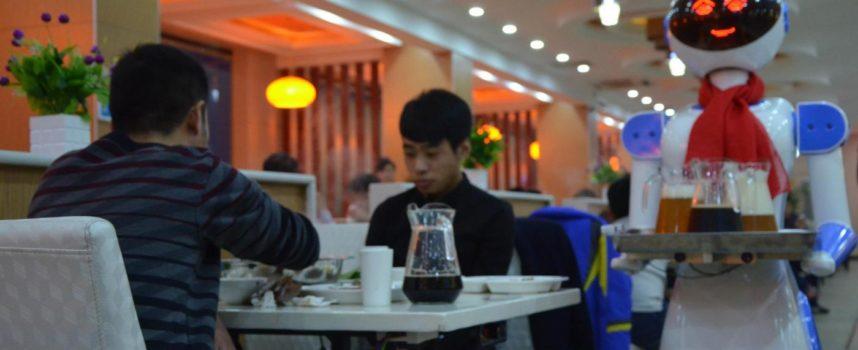 Costo del lavoro sale? I ristoranti stanno puntando ai CAMERIERI ROBOT!