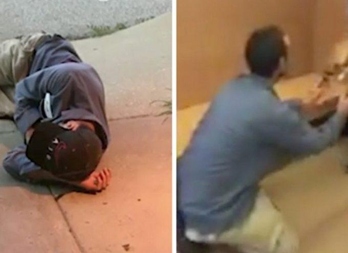 Il senzatetto dorme al di fuori del canile sperando di ritrovare il suo cane smarrito