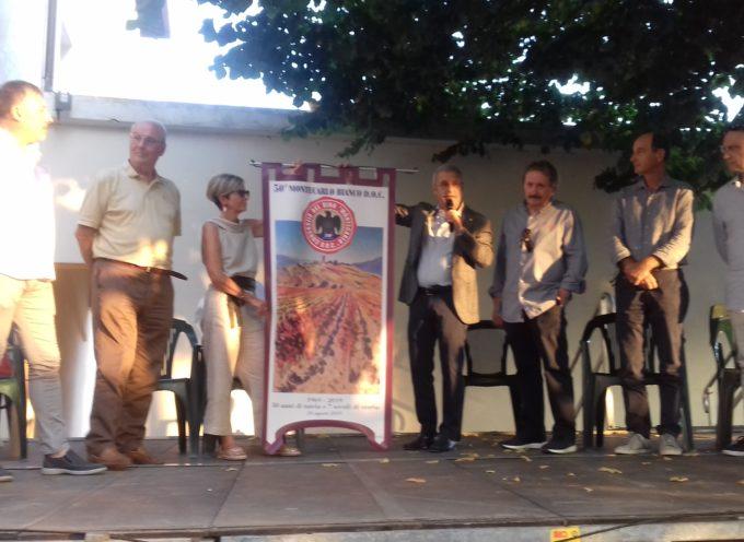 Un drappo celebra il mezzo secolo del Consorzio vini Doc Montecarlo