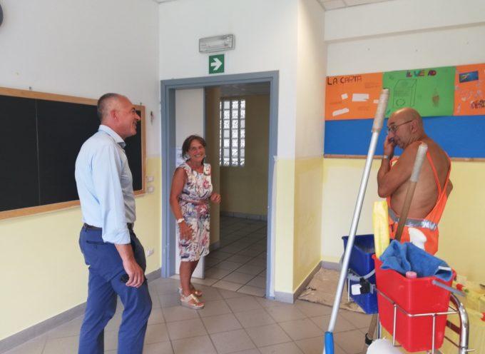 Sopralluogo stamani del sindaco di Massarosa Alberto Coluccini alla scuola media di Massarosa