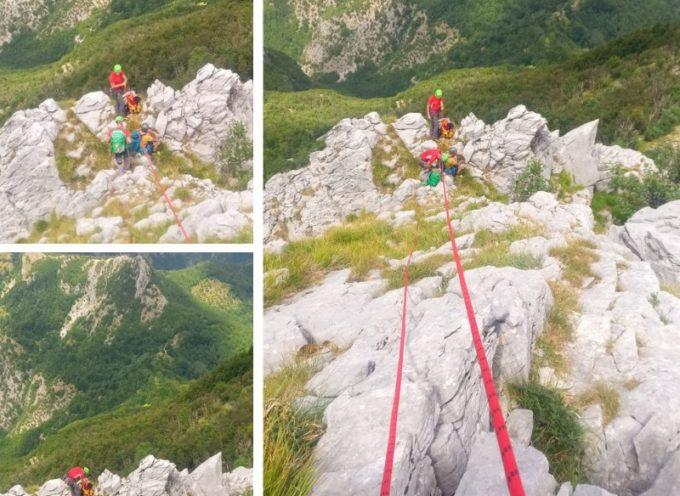 """IL SOCCORDSO ALPINO INTERVIENE, ai """"Denti della Secca"""" per soccorrere un alpinista in difficoltà nei pressi della sosta al secondo dente."""