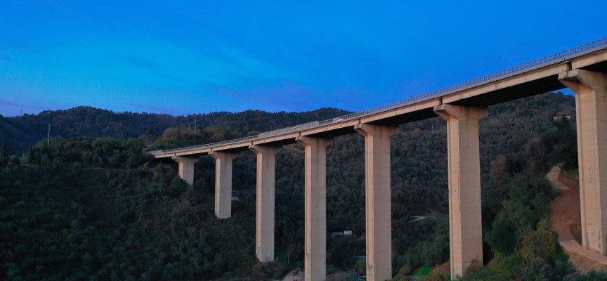 Si toglie la vita gettandosi dal viadotto della bretella
